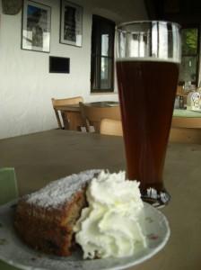 Kuchen und Bier im Brünnsteinhaus