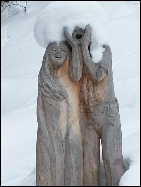 Paar im Schnee Schneewanderung Schweiz