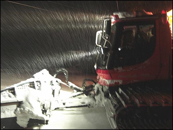 Pistenraupe im Schnee