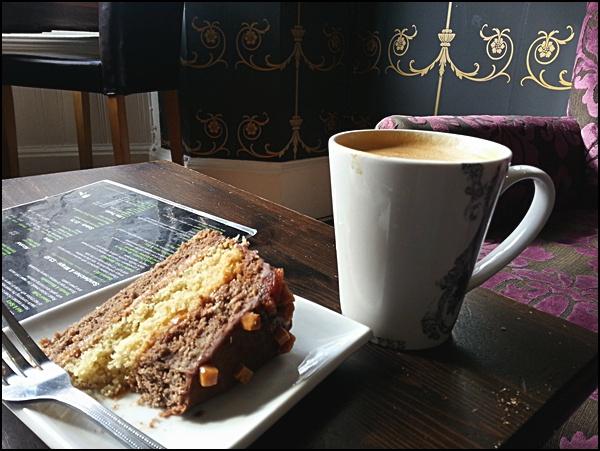 Flat white und Kuchen im Rococo