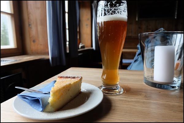 Kuchen und Weißbier im Sillberghaus