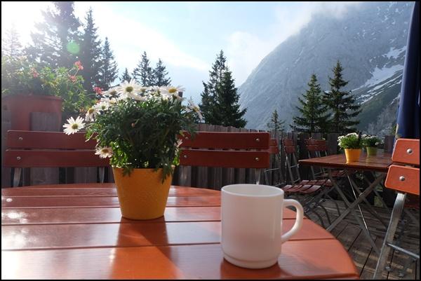 Frühstück auf der Berghütte
