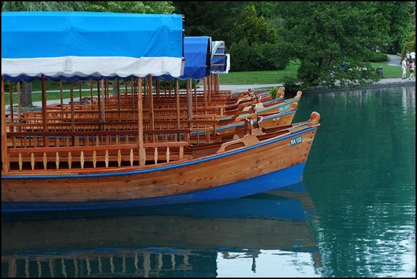 Boote auf dem Bleder See Slowenien