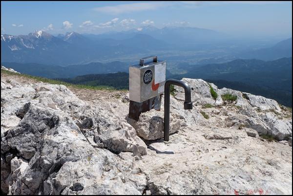 Behälter für das Gipfelbuch an der Debela pec...