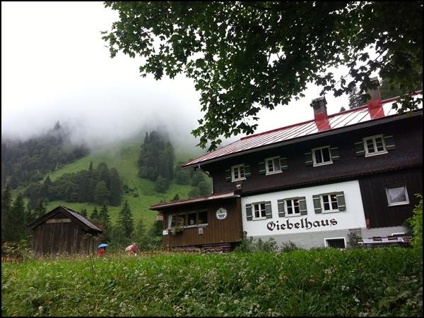 Giebelhaus mit Wolken
