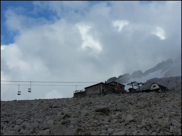 Refugio Pian dei Fiacconi mit Körbchen Seilbahn