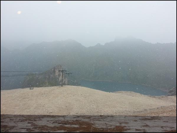 Schneegestöber über dem Fedaja Stausee