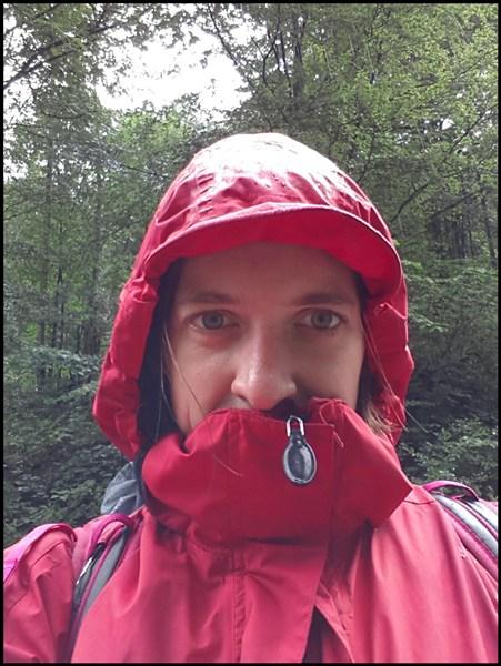 Regenjacke anziehen