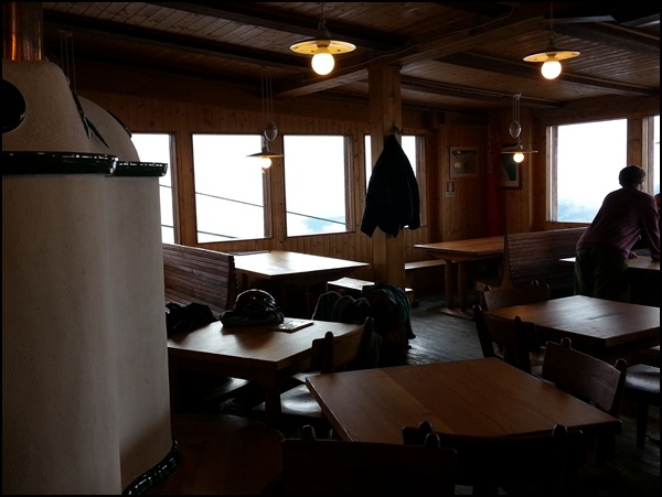 leere Gaststube einer Berghütte