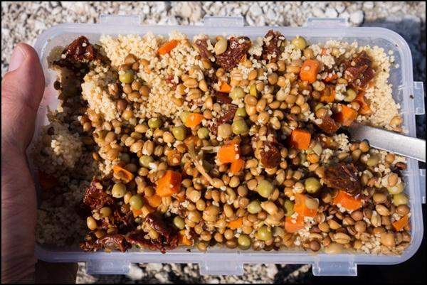 Couscoussalat ist eine ideale vegane Wanderkost.