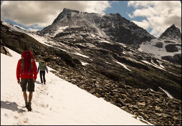 In den Hohen Tauern wird der Alpenhauptkamm überquert.
