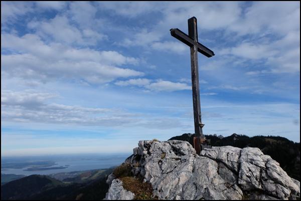 Gipfelkreuz der Sonnwendwand, im Hintergrund die Kampenwand