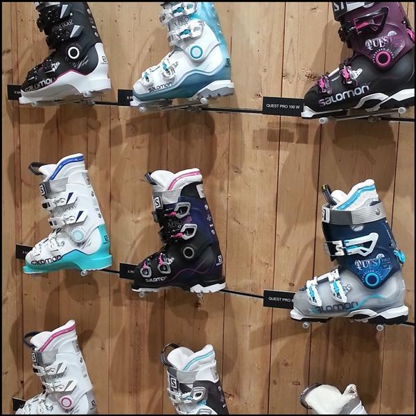 Skischuhe auf der ISPO