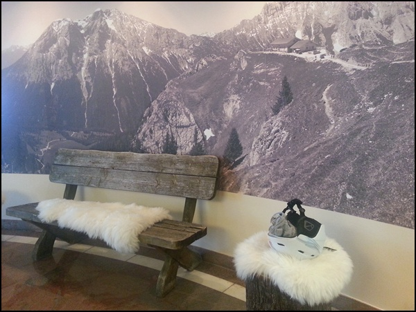 in der Lobby des Dorint Alpin Resort Seefeld in Tirol