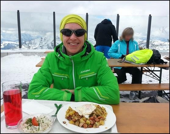 Mittagspause mit Tiroler Gröstl und Skiwasser am Berghaus Kammerkör
