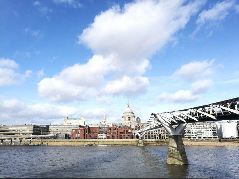 Blick auf St. Pauls Cathedral und die Millenium Bridge, auf dem Weg zur Tate Modern | Lieblingsstadt London