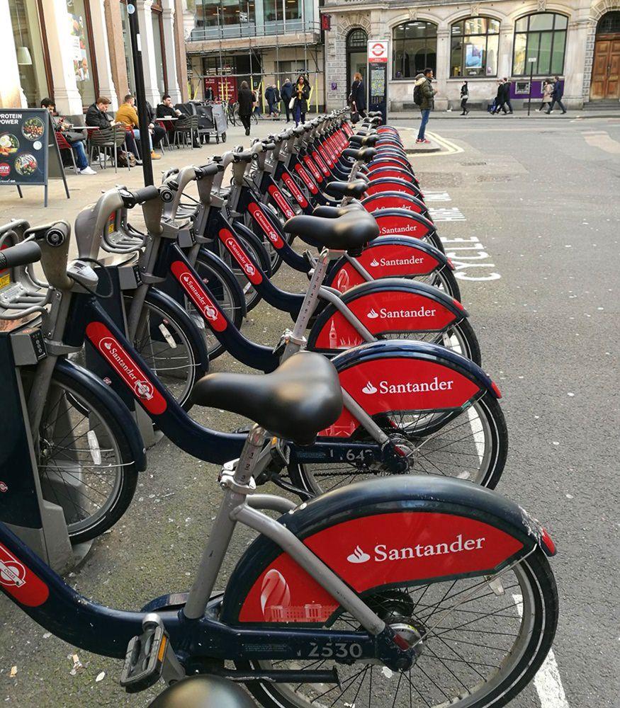 Mit den roten Fahrrädern durch London.