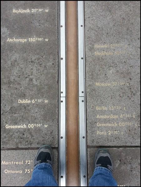 Ein Fuß in der westlichen Hemisphäre, ein Fuß in der östlichen Hemisphäre... am Null-Meridian am Royal Observatory in Greenwich