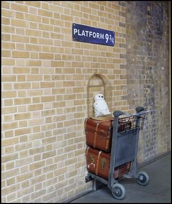Und für alle Harry Potter Fans: der Bahnhof King's Cross Station, die Plattform 9 3/4 und ein Gepäckwagen samt Eule.