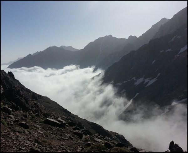Nebel im Tal in Marokko