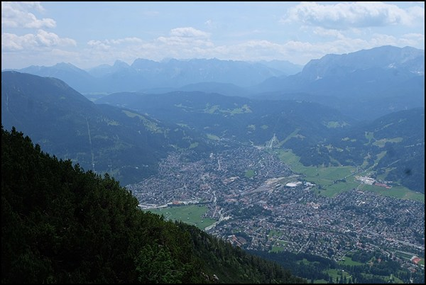 Blick vom Kramer über Garmisch-Partenkirchen zum Karwendel