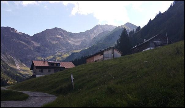 Ganz rechts: die Bergkristall Hütte