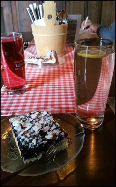 Kuchen und Fliederlimo!