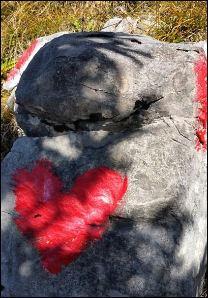 ...und als noch Farbe übrig war, wurden einfach noch ein paar Herzchen auf die Karwendelsteine gemalt.