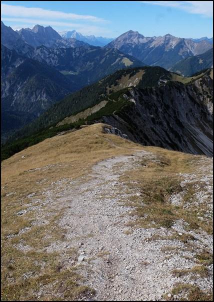 Blick zurück vom Gipfel auf den Grat und den Biker...