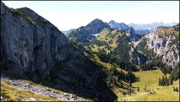 Blick zurück auf den schattigen Weg unterhalb des Niederen Straußbergs