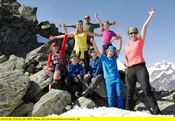 """Über 3000 Meter! Moderatorin Tamina Kallert (2.v.l.) und die """"Wunderschön!""""-Wandergruppe oberhalb vom Pitztaler Jöchl - mit 3001 Metern dem höchsten Punkt der E5-Wanderung. Bild: WDR/Karen Wesselmann"""