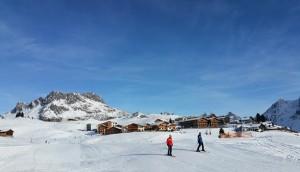 Oberlech mit der Mohnenfluh (2.544m) und dem Hotel Mohnenfluh.