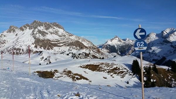 Skifahren mit Blick auf die Mohnenfluh