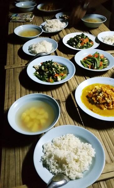 Suppe, Gemüse, Reis, Currys zum Abendessen