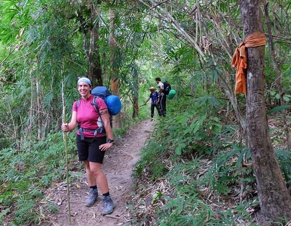 In Thailand wandert man mit Wanderstöcken aus Bambus!