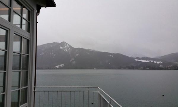 Regengrau über dem Tegernsee