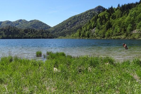 Baden im Bergsee im Mai. Kostet Überwindung. Foto: @bergundball