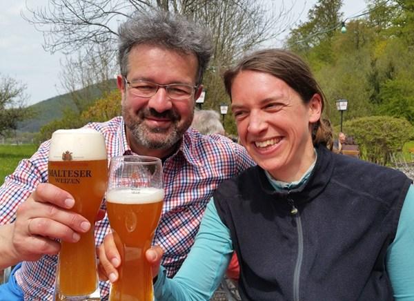 Zum Abschluss der Wanderung: ein Weißbier mit Manuel Andrack
