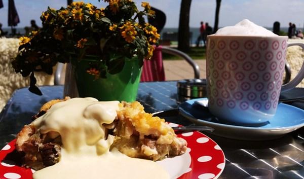 Rhabarberkuchen in Wyk auf der Insel Föhr
