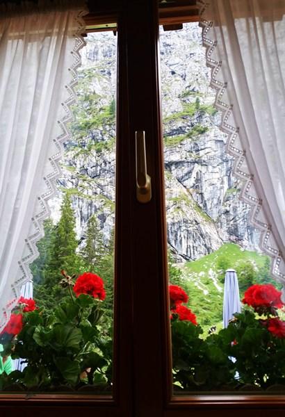 Blick aus dem Fenster der Tutzinger Hütte auf die Benediktenwand