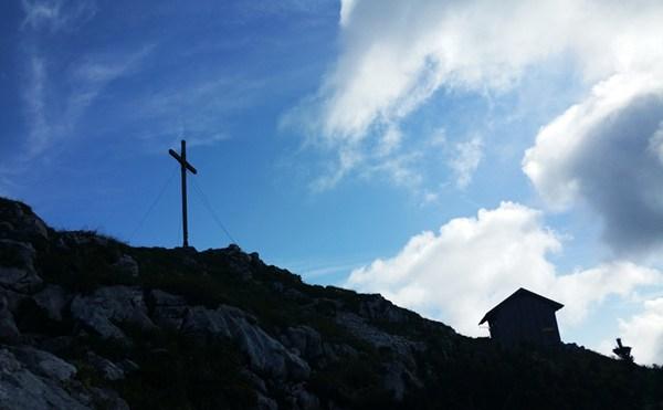 Gipfel der Benediktenwand mit Kreuz und Biwakhäuschen