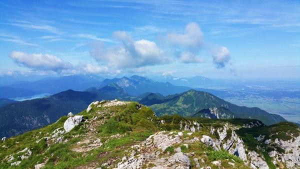 Blick vom Gipfel der Benediktenwand, links der Walchensee