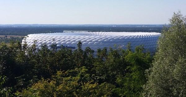 Blick vom Fröttmaninger Berg auf die Allianz Arena
