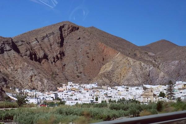 Blick auf Alboloduy in Andalusien, aus dem Bus fotografiert