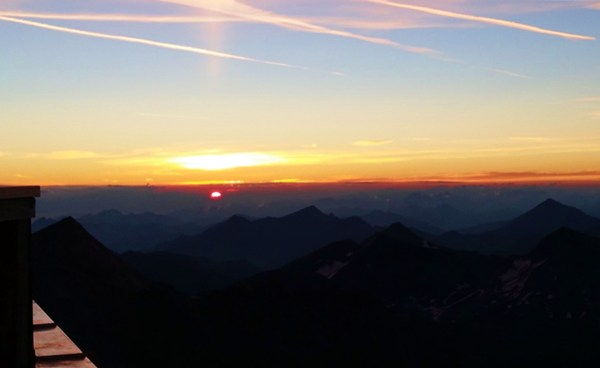 Sonnenaufgang an der Erzherzog-Johann-Hütte am Großglockner