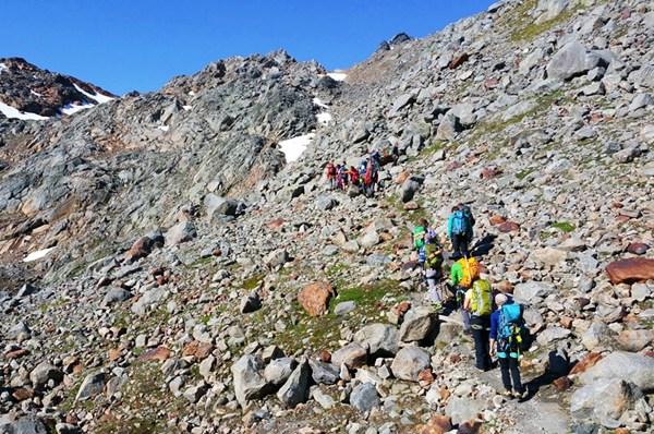 Nach der Querung des Gletschers geht es im Geröll weiter bergauf