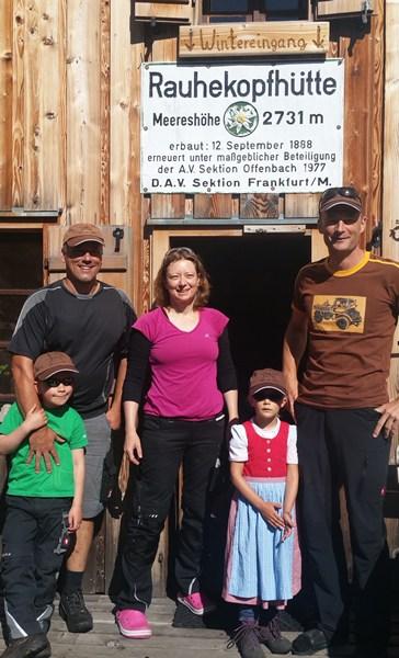 Hüttenwart und die aktuellen Hüttenwirte auf der Rauhekopfhütte Ende Juli 2016