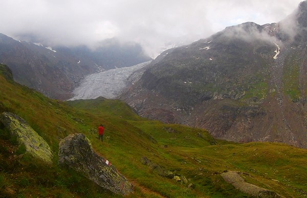 Wolkiger Tagesbeginn, aber beim ersten Blick auf den Gletscher wird auch der Himmel langsam blau.