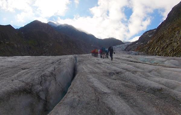 Die Gletscherspalte entlang - ohne Schnee ist sie gut sichtbar.