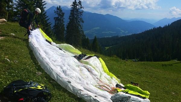 Vorbereitung zum Paragliding auf der Kreuzalm